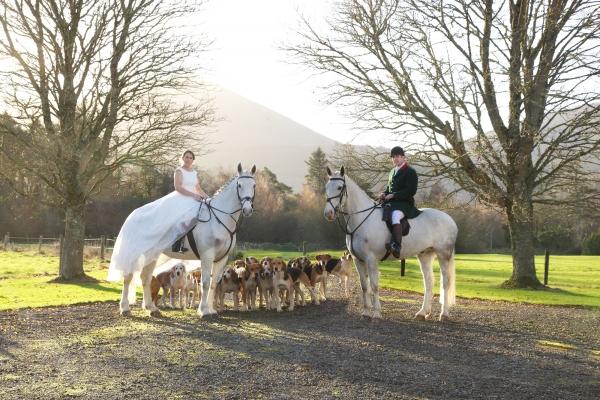 Bride-Groom-on-horse-and-hounds-Ni-Riain-photography-Ireland-Croke2622-038-